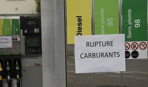 Carburant: des dépôts pétroliers bloqués, début de pénurie en Bretagne