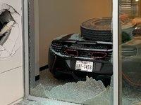 La McLaren d'un joueur de baseball abîmée par un pneu en perdition