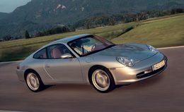 Un facteur effectue sa dernière tournée en Porsche