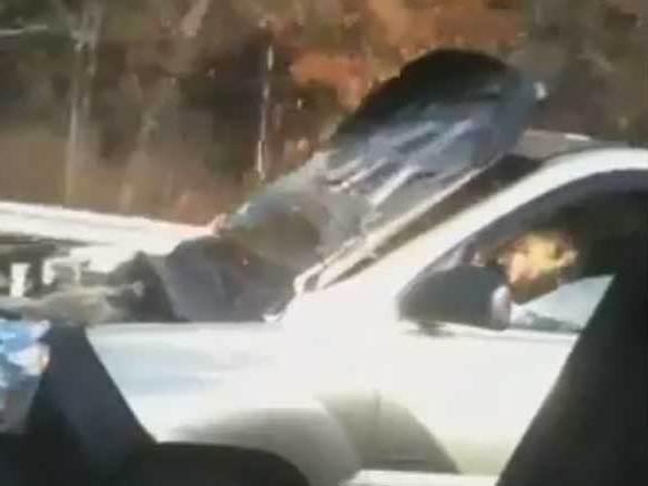 [vidéo] Cet américain n'a peur de rien : il conduit sa Kia capot ouvert
