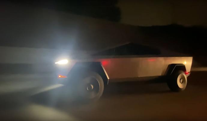 Elon Musk de sortie nocturne au volant d'un Tesla Cybertruck