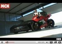 Le choc de l'année en vidéo : Ducati Desmosedici RR vs Ferrari F430 Scuderia