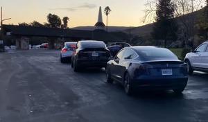 Une impressionnante file d'attente pour recharger des Tesla
