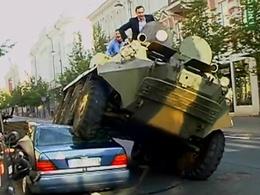 Insolite : à Vilnius, la fourrière écrase les autos avant de les enlever