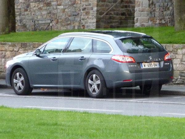 Peugeot 508 SW : complètement nu dans la rue