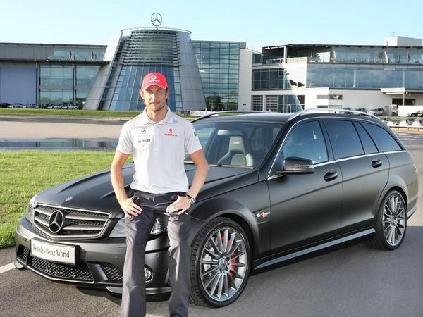 Jenson Button reçoit sa Mercedes C63 AMG DR 520 : de quoi faire de plus beaux burns que Lewis Hamilton ?