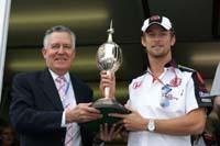 """Jenson Button reçoit le trophée """"Mike Hawthorn"""""""
