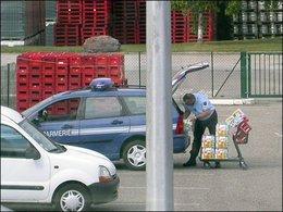 Incroyable : un gendarme fait ses courses au supermarché avec sa voiture de service !