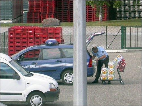 incroyable un gendarme fait ses courses au supermarch avec sa voiture de service. Black Bedroom Furniture Sets. Home Design Ideas