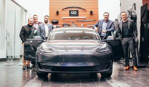 Un concessionnaire Infiniti vend une Tesla Model 3 à l'un de ses clients