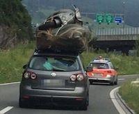 Insolite: il transporte son scooter sur le toit de sa voiture