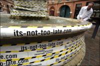 """Greenpeace : une vingtaine de sites enrubannés pour la """"révolution énergétique"""""""