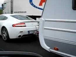 [Vidéo] Les vacances en caravane... Et en Aston Martin V8 Vantage !