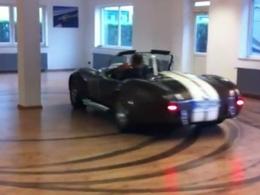 [vidéo] Un Cobra dans le salon (qui drifte)