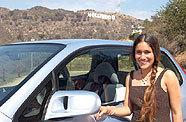 L'actrice Q'Orianka Kilcher au volant de la Honda FCX
