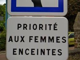 Une ville des Yvelines teste la place de parking pour femmes enceintes