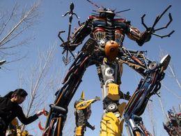 Des Chinois recyclent des épaves pour en faire des Transformers
