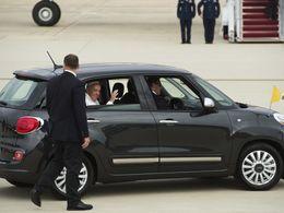 """Le pape délaisse sa """"papamobile"""" pour une Fiat 500L aux Etats-Unis"""