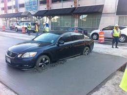En voulant faire demi-tour, elle bloque sa Lexus GS dans du béton frais