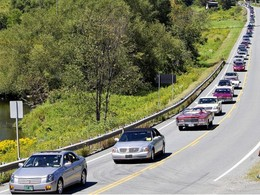 Parade Cadillac -  ces 298 personnes ont battu le record du monde de Cadillac rassemblées sur route