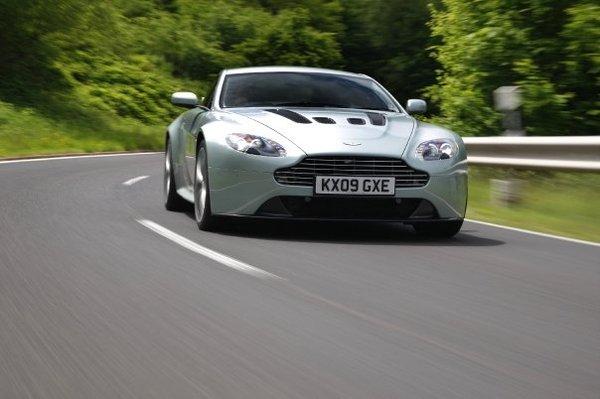 Aston Martin fait dans le social avec Facebook et la V12 Vantage