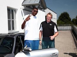 Le joueur de basket Andrew Bynum rend visite à Techart. Pour passer une commande?