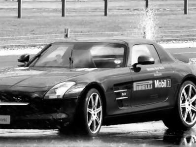[Vidéo] Glisser sur le mouillé en Mercedes SLS AMG, trop facile