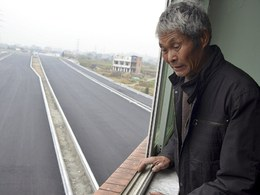 Insolite : il refuse de déménager et vit au milieu de l'autoroute