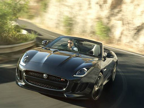 Jaguar F-Type : elle adopte le Black Pack pour Los Angeles