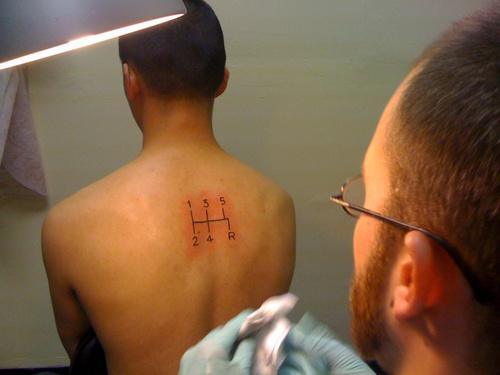 insolite : il se fait tatouer une grille de levier de vitesses sur