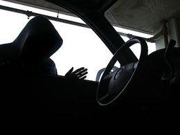 Un homme vole une voiture sans se rendre compte qu'un enfant est à l'intérieur