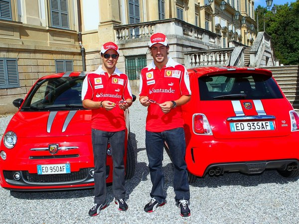 Grand Prix urbain ? Felipe Massa et Fernando Alonso reçoivent leur Abarth 695 Tributo Ferrari