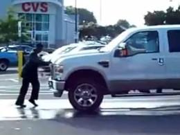 [Vidéo] Michael Jackson n'est pas mort, il fait du moonwalk poussé par un pick-up Ford