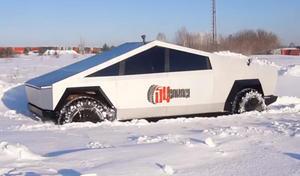 Un trés réaliste faux Tesla Cybertruck en balade en Russie