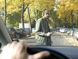 En France, un piéton sur deux traverse tout en utilisant un smartphone selon Ford