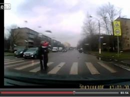 Vidéo: quand les automobilistes aident les personnes âgées à traverser la route