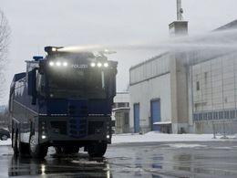Un camion antiémeute mis K.O par des oeufs