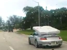 [vidéo] Porsche 911 Turbo : est-ce l'utilitaire idéal pour le transport de votre matelas ?