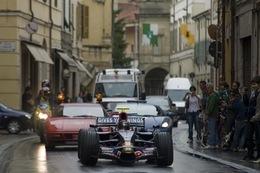 Sebastian Vettel promène sa F1 Toro Rosso dans les rues de brisighella