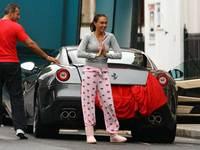 Tamara Ecclestone en pyjama reçoit une Ferrari 599 en cadeau