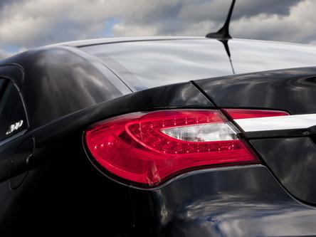 Chrysler tease sa nouvelle 200. Adieu Sebring!