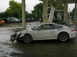 Un exemplaire de la dernière Porsche 911 GT3 RS se crashe dans une station essence BP