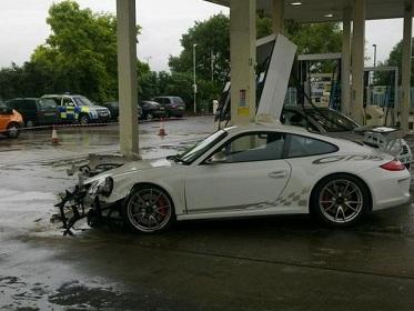 un exemplaire de la derni re porsche 911 gt3 rs se crashe dans une station essence bp. Black Bedroom Furniture Sets. Home Design Ideas