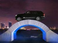 Sous les roues de ce Range Rover, un pont de papier