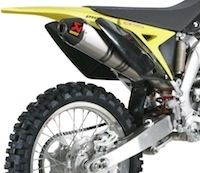 Akrapovic: la Suzuki RM-Z 250 2011 a aussi droit à une ligne Racing ou Évolution.