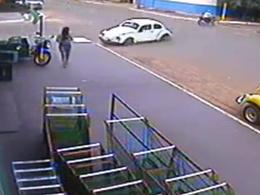 [vidéo] Une Cox percute une piétonne brésilienne, ses passagers prennent la fuite
