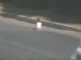 Vidéo : En Turquie, un bébé rampe jusqu'à la voie rapide... et s'y installe