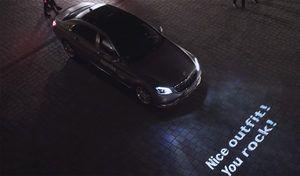 Cette Mercedes surprend les passants en écrivant des messages au sol