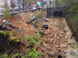 Insolite : un glissement de terrain géant emporte plusieurs voitures en direct