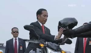 Insolite Vidéo: le président indonésien Widodo aime la moto!